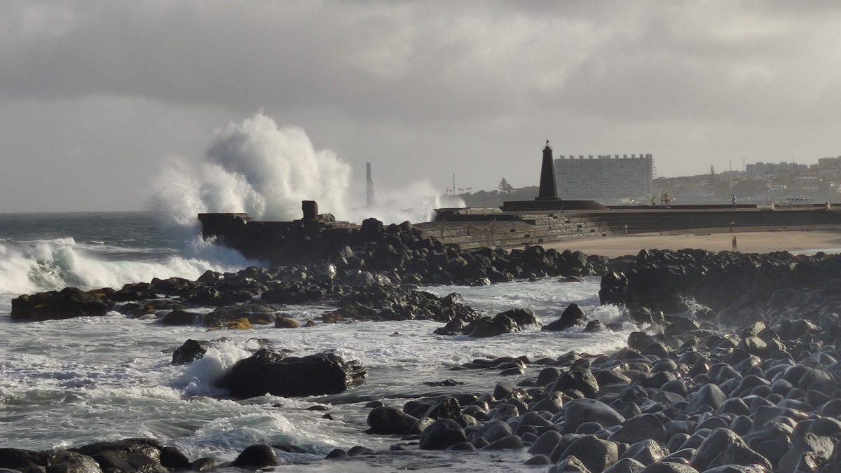 Foto del Faro de Bajamar y el oleaje